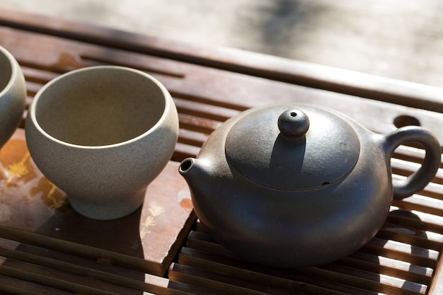 Chinese theeceremonie. keramische theepot gemaakt van klei en kommen op een houten ondergrond.