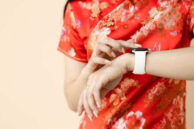 Chinese tiener met behulp van nieuwe slimme gadget smartwatch activity tracker nieuwe digitale technologie in chinees nieuwjaar festival concept.