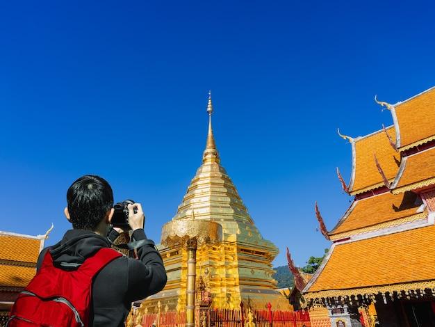 Chinese toerist fotografeert momenteel phra that doi suthep-tempel in chiang mai, thailand.