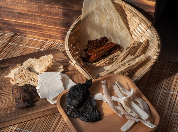Chinese traditionele acht schatten tonic ba zhen kruidensoep