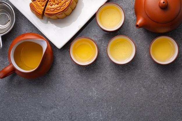 Chinese traditionele festivalstemmingscake met thee. dessert medio herfst achtergrondpatroon