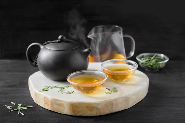 Chinese traditionele theeceremonie op zwart