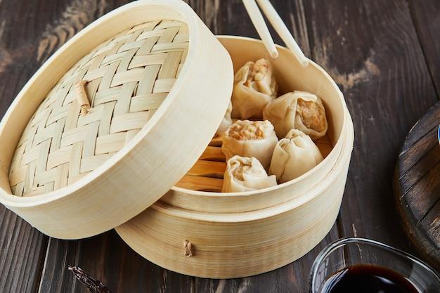 Chinese vleesknoedel gestoomde schotel in bamboe steamer box
