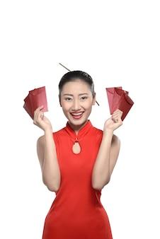 Chinese vrouw in rode cheongsamkleding