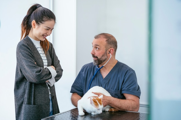 Chinese vrouw met gewonde kat op een veterinair noodcentrum.