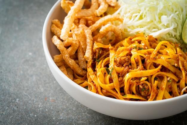 Chinese yunnan-noedels of kwa meng - aziatische eetstijl
