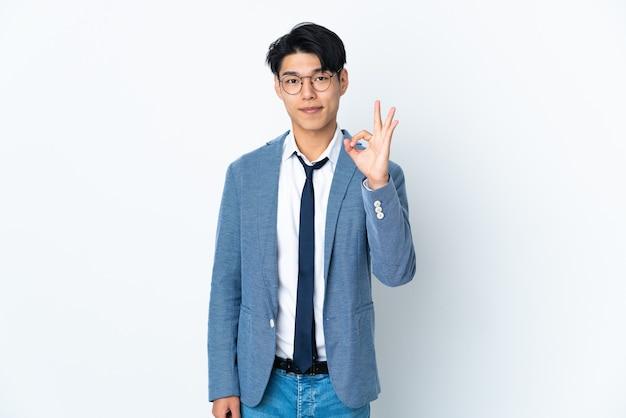 Chinese zakenman met geïsoleerd op wit ok teken met vingers tonen