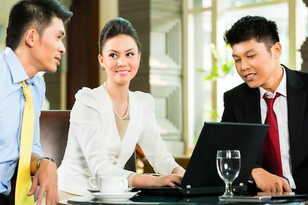 Chinese zakenmensen t presentatie vergadering