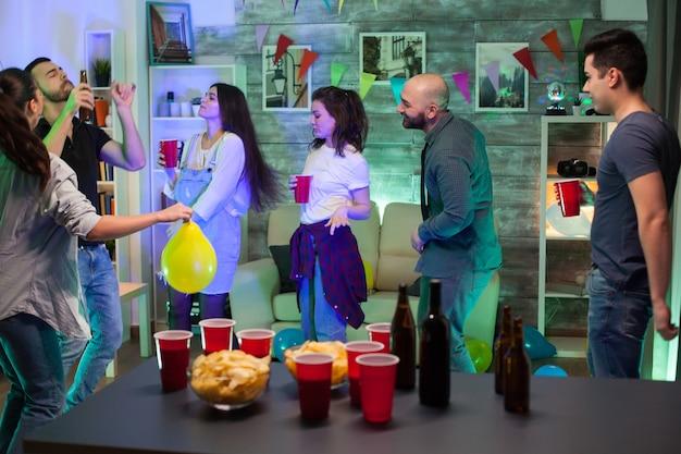 Chips en bier op tafel op de tafel van een groep feestende mensen.