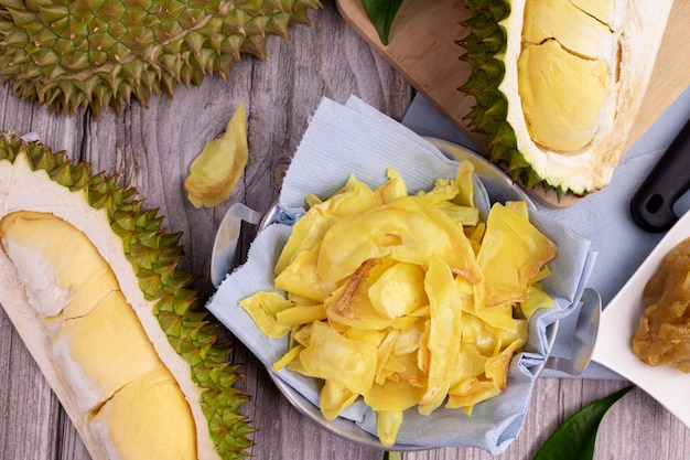 Chips fried durian en gesneden durian fruit op de keukentafel.