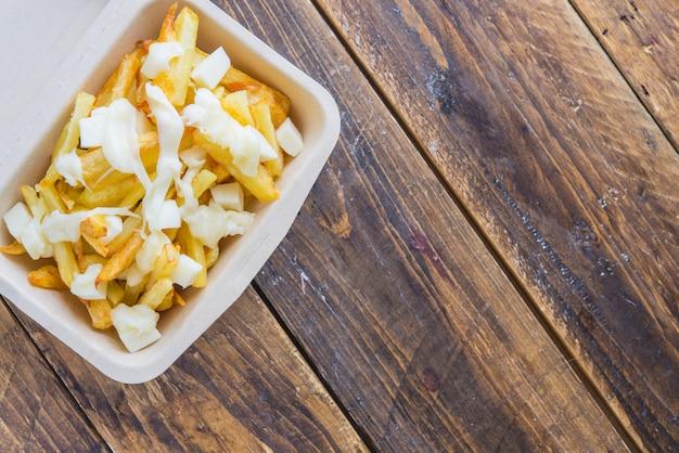 Chips gebakken aardappelen en mozzarella