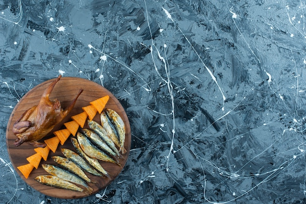 Chips, grill kip en vis op een bord, op de marmeren achtergrond.