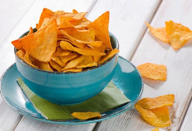 Chips in een kom op houten tafel
