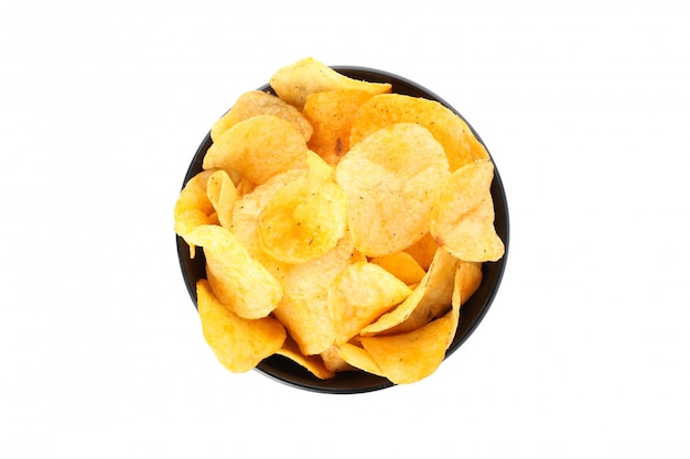Chips in een zwarte kom die op wit, ruimte voor tekst wordt geïsoleerd. bovenaanzicht