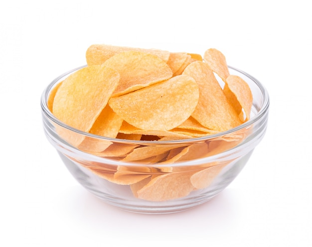 Chips in kom die op witte achtergrond wordt geïsoleerd