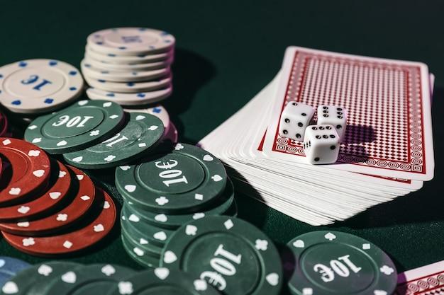Chips, kaarten en dobbelstenen op tafel in casino