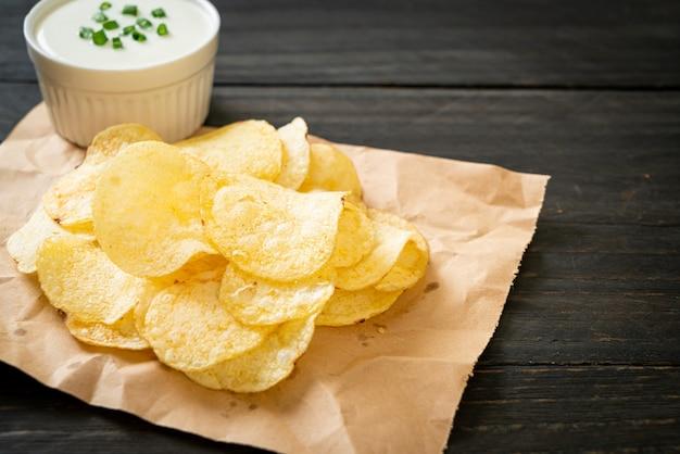 Chips met dipsaus van zure room