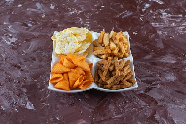 Chips met paneermeel in een kom op het marmeren oppervlak