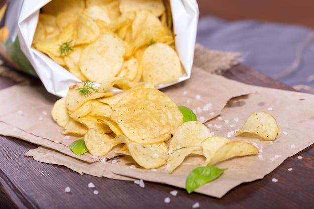 Chips met zout en greens op een tafel in een pub