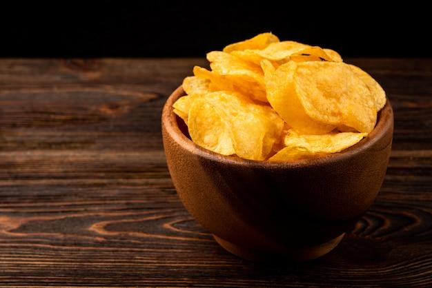 Chips op donker hout.