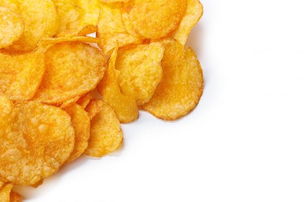 Chips op witte achtergrond worden geïsoleerd die