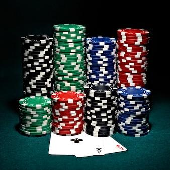 Chips voor poker met een paar azen