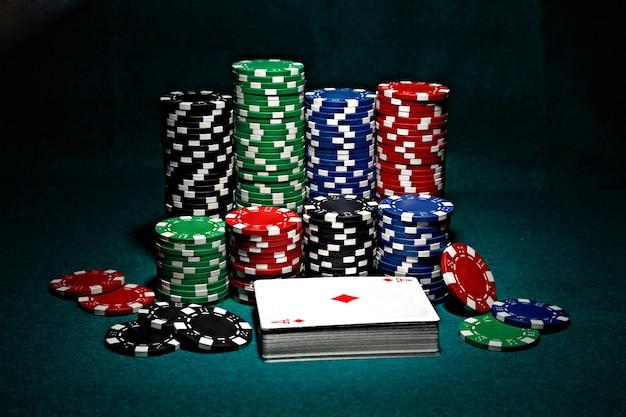 Chips voor poker met kaarten