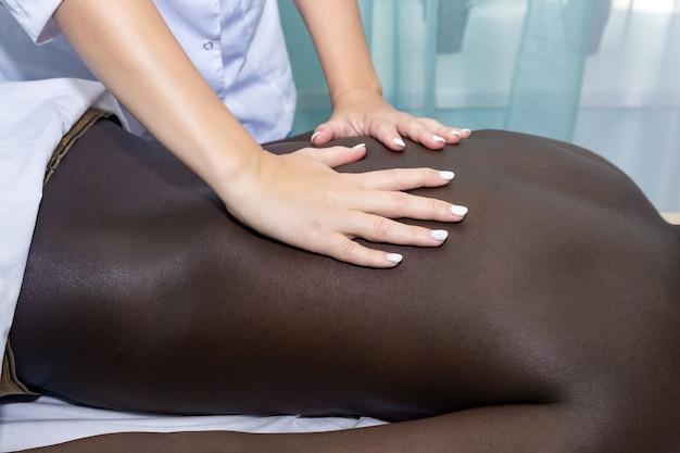 Chiropractor of masseuse vrouw handen tijdens werk close-up