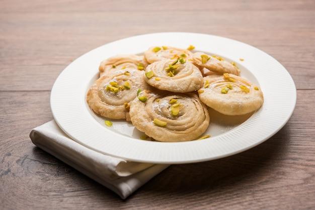 Chirote of chiroti is een zoet gerecht uit karnataka en maharashtra. geserveerd in een bord als dessert op festivals of bruiloften. selectieve focus