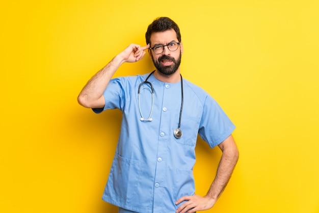 Chirurg arts man die het gebaar van waanzin vinger op het hoofd te zetten