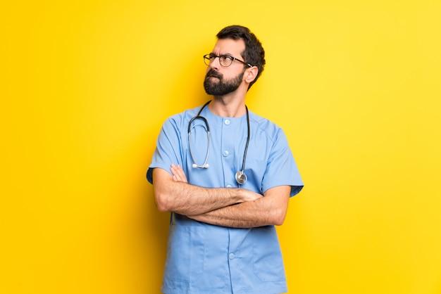 Chirurg arts man met verwarren gezichtsuitdrukking terwijl lip bijt