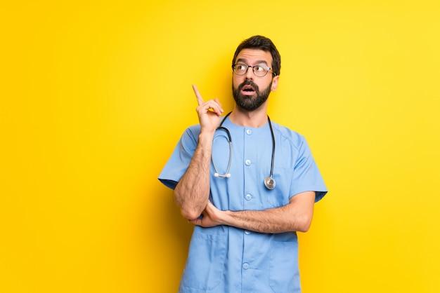 Chirurg artsenmens die een idee denken die de vinger benadrukken