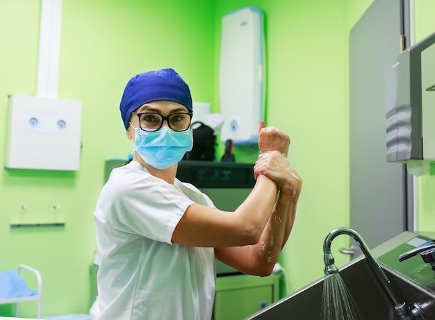 Chirurg in het ziekenhuis handen wassen