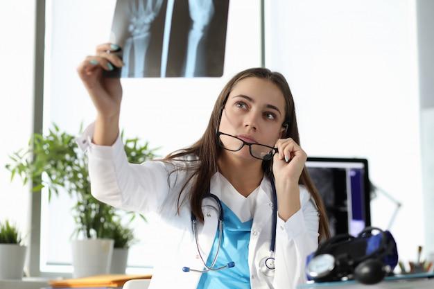 Chirurg kijken naar x-ray