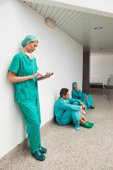 Chirurg met behulp van tablet pc