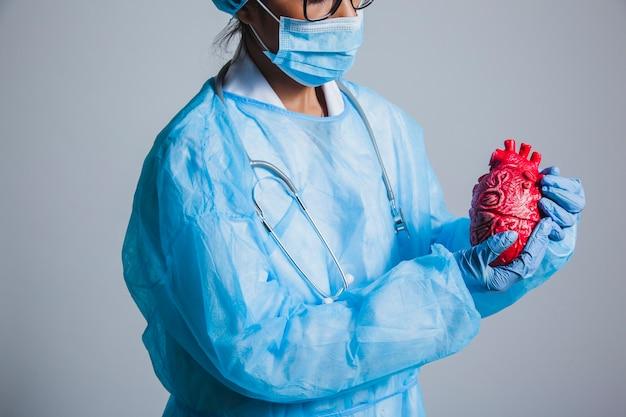 Chirurg poseren met hart