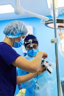 Chirurgen die een patiënt in de operatiekamer opereren