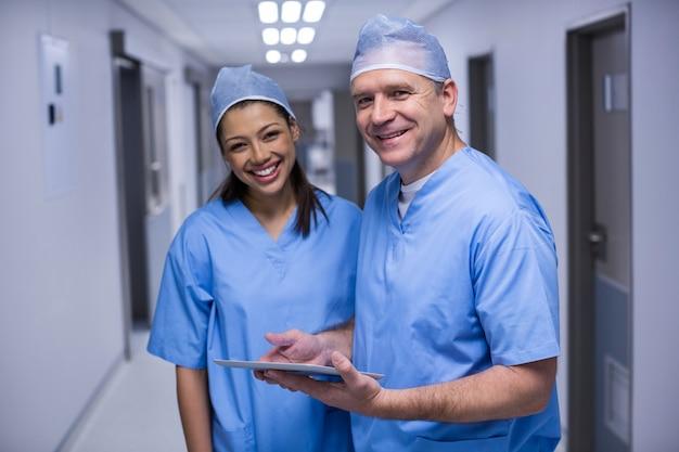 Chirurgen die het houden van digitale tablet bespreken