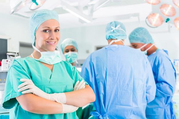 Chirurgen die patiënt in verrichtingstheater in werking stellen