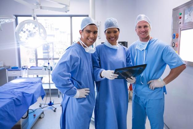 Chirurgen die röntgenstraal in verrichtingsruimte bij het ziekenhuis onderzoeken
