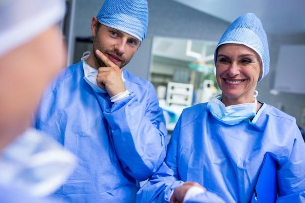 Chirurgen interactie met elkaar in operatiekamer