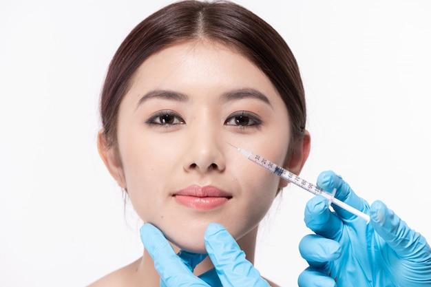 Chirurgie concept. de arts-schoonheidsspecialist maakt de verjongende gezichtsinjectieprocedure