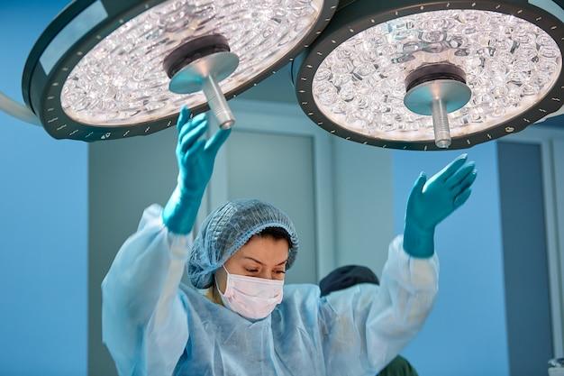 Chirurgie, geneeskunde en mensenconcept - groep chirurgen bij verrichting in operatiekamer bij het ziekenhuis
