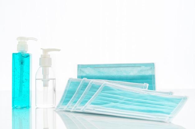Chirurgisch masker, medische gezichtsmaskers en handdesinfecterende fles met alcoholgel voor bescherming tegen bacteriën en virussen aan dek