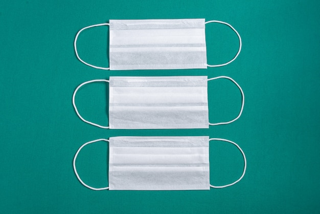 Chirurgisch masker op minimalistische groene achtergrond