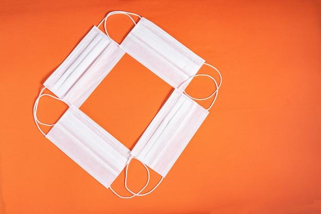 Chirurgisch masker over minimalistische oranje achtergrond