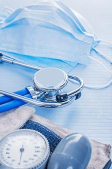 Chirurgisch masker stethoscoop bloeddrukmeter medisch concept