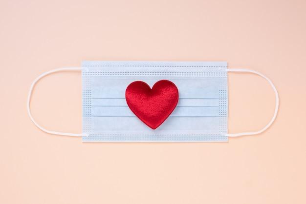 Chirurgisch masker voor gespreide bescherming en hartvorm geïsoleerd
