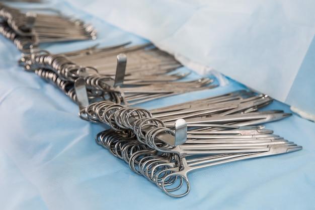 Chirurgische clips op tafel. kopieer ruimte
