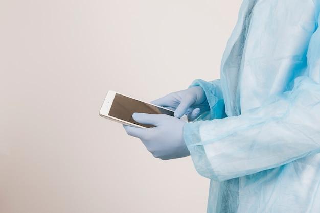 Chirurgische handen werken met tablet